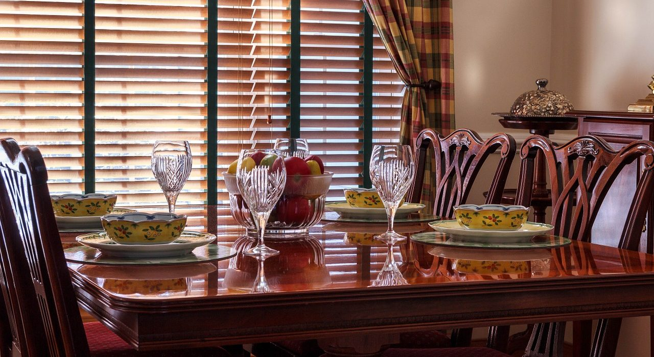 How to Set a Beautiful and Inviting Dining Room Table